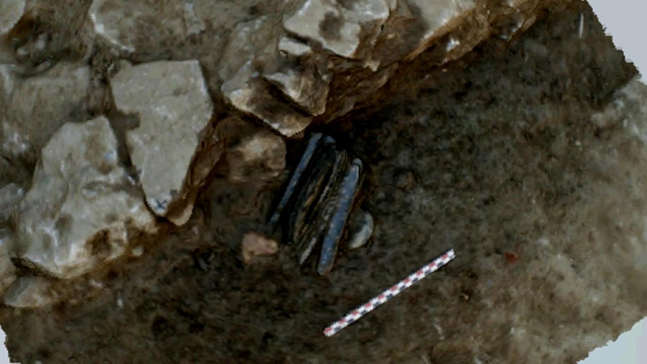 A Neolithic depot of long obsidian blades and a shaft straightener
